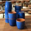Kolekcja glinianych kubków z z barwnej kolekcji Colorama Bleu marki Authentique Living