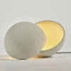 Lampa stołowa White Earth Serax z ciepłą poświatą
