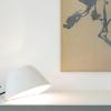 biała lampa Eaunophe M Serax na stole