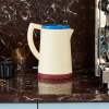 Żółty czajnik elektryczny Sowden na kuchennym blacie