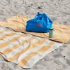 Niebieska Torba Tote Bag L czerwone logo HAY na plaży