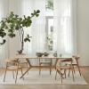 Aranżacja drewnianego stołu X Ethnicraft z krzesłami w jadalni