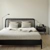 Aranżacja łóżka Spindle w kolorze czarnym od Ethnicraft