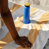 Aranżacja niebieskiej, stalowej butelki Sowden HAY na plaży