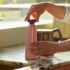 Zastosowanie jasnoróżowej butelki Sowden HAY w kuchni