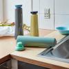 Butelki wielorazowego użytku w 3 kolorach w kuchni