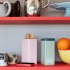 Pojemnik Tin by Sowden w kolorze miętowym i różowym na półce