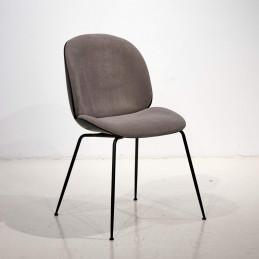 Krzesło Beetle Gubi z tapicerowanym siedziskiem